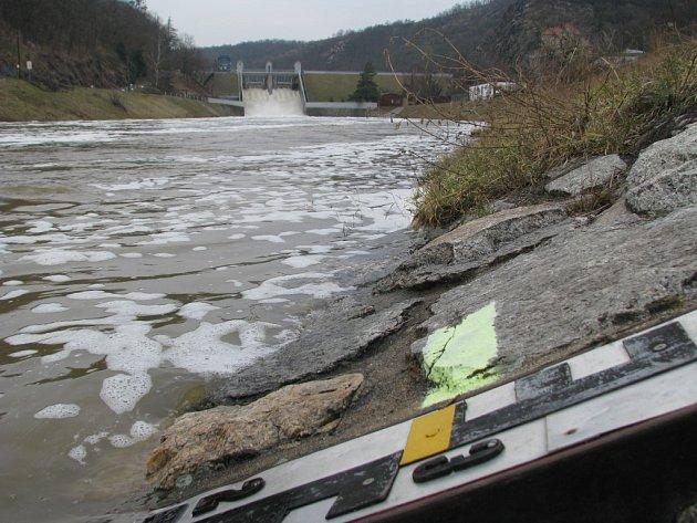 Vodohospodáři odpouštějí z přehrad větší množství vody, aby se vyvarovali hrozbě povodní. Stav bdělosti byl vyhlášen pro čtyři kraje, na některých řekách platí 1. stupeň povodňové aktivity.