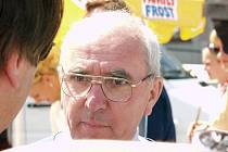 Pavel Doležel jako ředitel Závodu míru v roce 2003 v obležení novinářů.