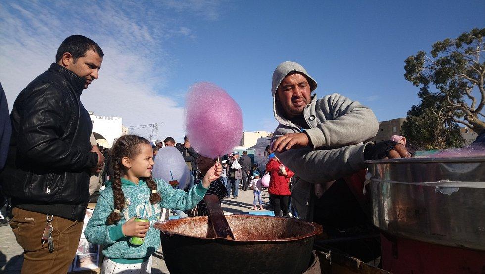 Mladí Tunisané stejně jako jejich čeští protější také rádi mlsají cukrovou vatu.