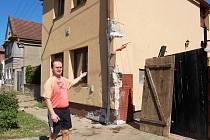 Martin Vávra ukazuje svůj pochroumaný dům ve Velemyšlevsi u Žatce, do nějž ve středu vjel autobus, kterému selhaly brzdy. Při havárii se zranilo 37 lidí. Následky nárazy jsou stále patrné - poškozená zeď, parapet, vylomená vrata. Škoda přesáhne sto tisíc.