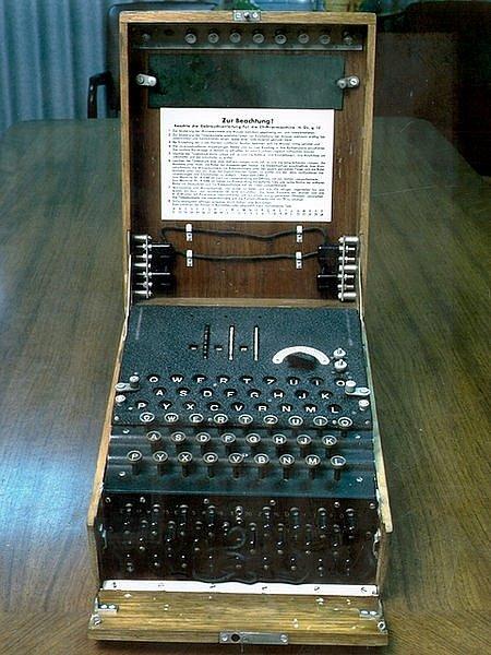 Přístroj Enigma (později označována jako Ultra), verze se třemi rotory pro německou armádu