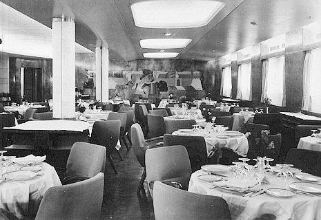 Parník Andrea Doria svým cestujícím ve všech třech třídách nabízel opravdu luxusní prostředí a služby. Na snímku je jedna z restaurací.
