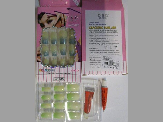 Ministerstvo zdravotnictví varuje před používáním tří sad umělých nehtů s lepidly z Číny. Výrobky totiž obsahují dibuthylftalát, který je v kosmetických přípravcích zakázán.