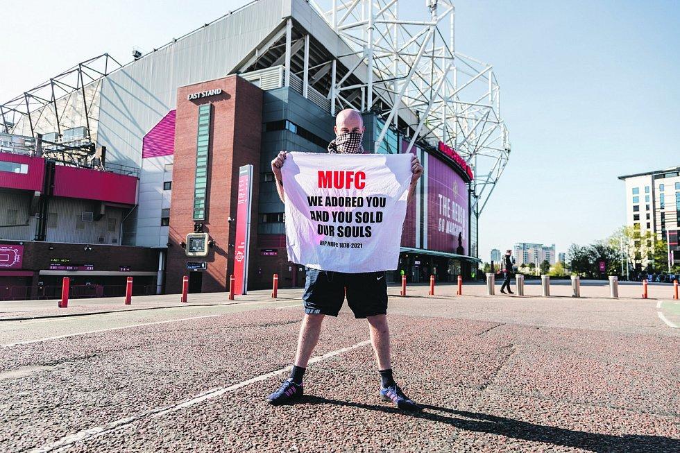 """""""Uctívali jsme vás a vy jste prodali naše duše."""" Takto fanoušek Manchesteru United reagoval na zájem klubu hrát novou soutěž"""