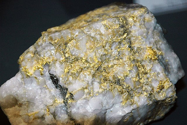 Kámen protkaný žilkami zlata