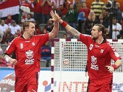 Čeští házenkáři Filip Jícha (vlevo) a Pavel Horák se radují z gólu proti Egyptu.