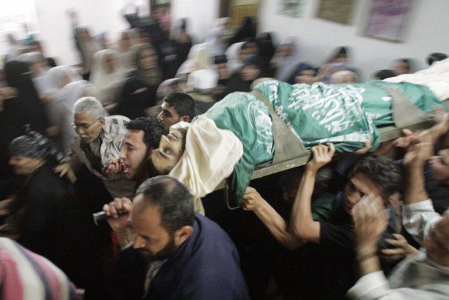 Palestinci pohřbívají příslušníka radikálního hnutí Hamas zabitého při akci izraelského letectva.