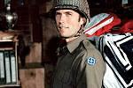 Ve válečném dobrodružství Kellyho hrdinové si Eastwood zahrál odvážného vojáka Kellyho, který se spolu se svými parťáky vydává na území ovládané nacisty, aby jim vyfoukli ukořistěné zlato.