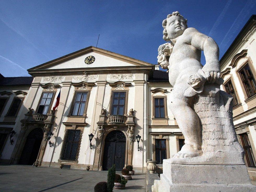 Sklepy zámku Koloděje přeměnila StB v 50. letech na provizorní cely a mučírny, v nichž byl držen i Gustáv Husák