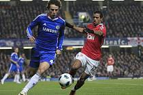 Nani z Manchesteru United (vpravo) stíhá Davida Luize z Chelsea.