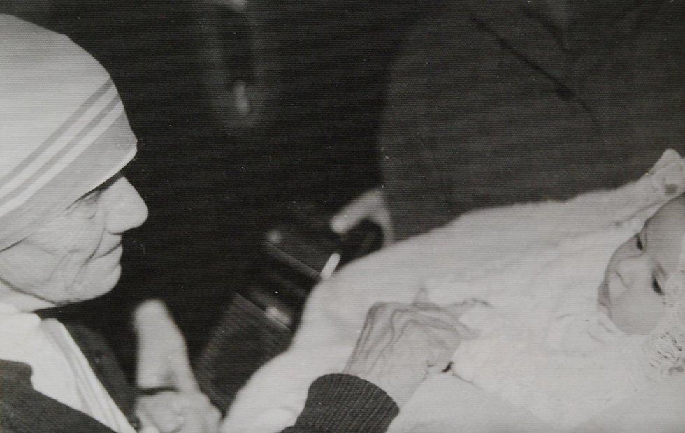 Matka Tereza na návštěvě v Praze v roce 1984 žehná dceři Světluše Košíčkové