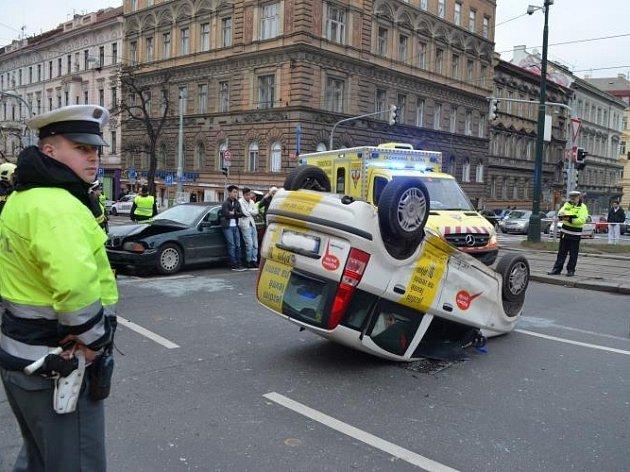 Při havárii na náměstí I. P. Pavlova, v křižovatce ulic Legerova a Ječná, se po střetu dvou osobních aut jedno z vozidel převrátilo na střechu.
