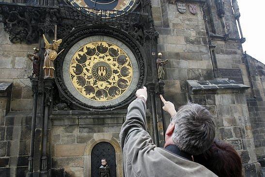 Prázdné místo (třetí zleva) po poškozené soše hvězdáře na pražském orloji.
