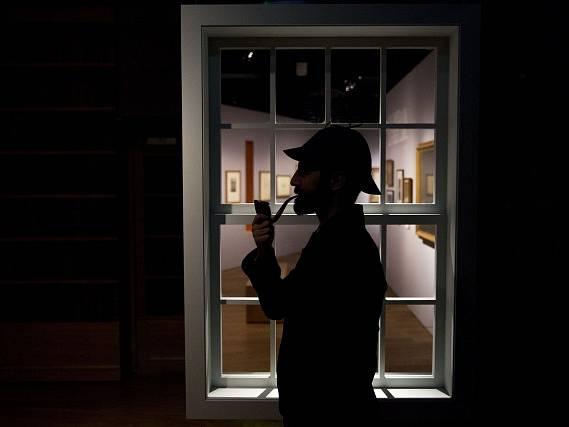 V městském Londýnském muzeu se otevřela výstava věnovaná detektivovi Sherlocku Holmesovi z knih spisovatele Arthura Conana Doylea.