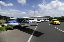 Na dálnici u Budapešti nouzově přistál malý letoun.