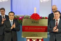 Lotyšský předseda vlády Máris Kučinskis (vpravo) a čínský premiér Li Kche-čchiang