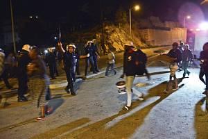 Policie evakuuje obyvatele obyvatele uprchlického tábora na řeckém ostrově Samos, kde vypukly nepokoje a došlo k požáru.