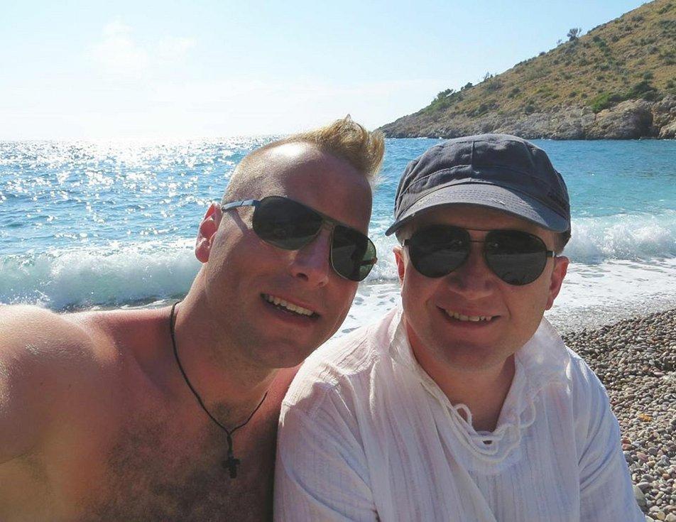 Registrovaný manželský pár Robert Zauer (40 let) a Tomáš Kavalec (38 let) z Teplic, selfíčka z cestování po světě. Na lodi v mořském zálivu ostrova Chios.