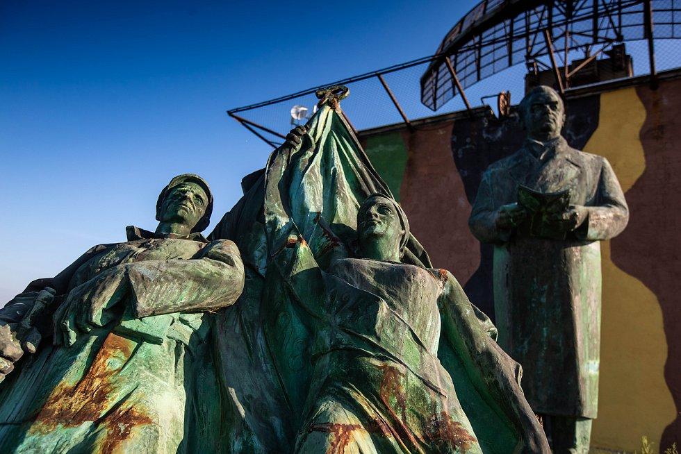 Předlistopadový pomník Klementa Gottwalda shlíží na Hradec u radarové základny v Ruseku