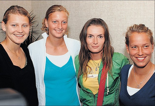 TÝM. Lucie Šafářová (vlevo) se možná stane jedničkou fedcupového týmu. A vedle ní stojící Petra Kvitová případně nahradí silně nachlazenou světovou desítku Nicole Vaidišovou. Stálicemi výběru kapitána Aleše Kodata jsou Iveta Benešová a Barbora Strýcová.