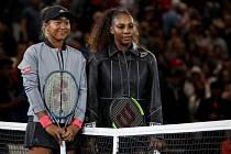 Japonská tenistka Naomi Ósakaová (vlevo) a Serena Williamsová z USA před začátkem finále dvouhry US Open.