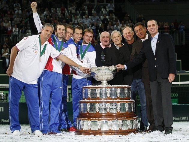 Všichni čeští hrdinové spolu. Vítězové Davis Cupu z roku 1980 (vpravo) a čerství šampioni Berdych, Štěpánek a spol.