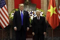 Americký prezident Donald Trump se ve Vietnamu sešel se svým protějškem Nguyenem Phu Trongem