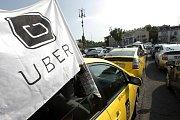 Proti Uberu protestují taxikáři napříč planetou.
