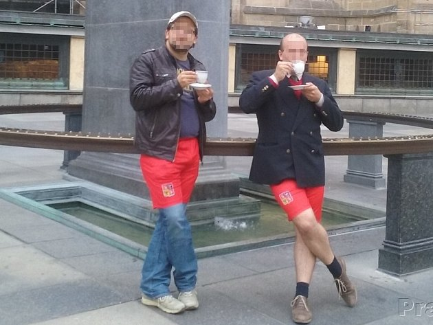 """Na Facebooku už vnikla skupina, která zve příznivce k tomu, aby na Hrad vyrazili právě v červených trenýrkách a se šálkem kávy v ruce jako symbolem """"pražské kavárny""""."""
