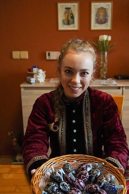 Středoškolačka Adéla Bábíková se ke škrabání kraslic před Velikonocemi dostala už v předškolním věku. Vacenovice na Hodonínsku.