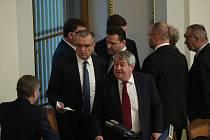 Poslanci ve Sněmovně. Vlevo Miroslav Kalousek (TOP 09) a Vojtěch Filip (KSČM)