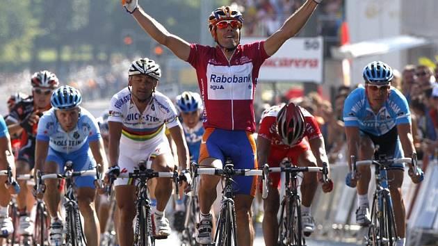 Trojnásobný mistr světa Oscar Freire potěšil španělské fanoušky vítězstvím v dnešní druhé etapě Vuelty.