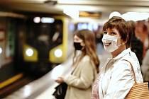 Lidé v rouškách v berlínském metru, 27. dubna 2020.