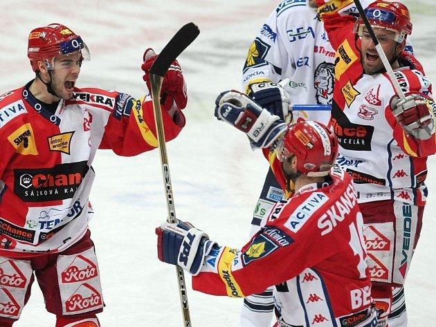 Michal Vondrka (vlevo) se raduje, dal Liberci druhý gól. Gratulovat mu jedou Josef Beránek a David Hruška.
