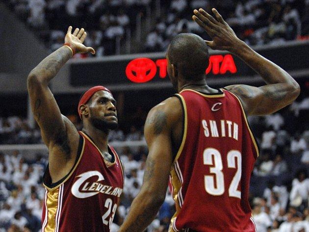 Basketbalisté Lebron James (vlevo) a Joe Smith z Clevelandu se radují z vítězství nad Washingtonem.