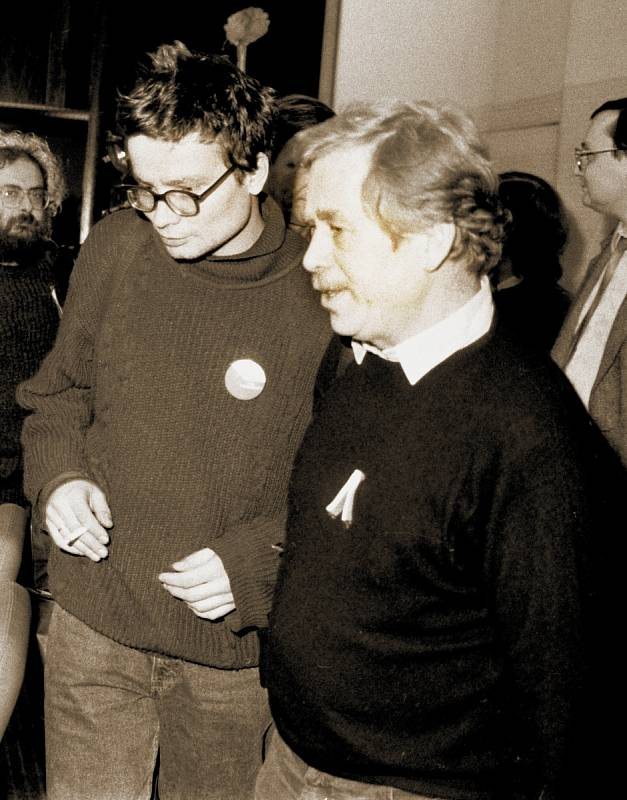 Budoucí prezident Václav Havel s Alexandrem Vondrou během revolučního listopadu roku 1989.