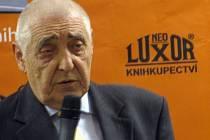 SMYSL PRO HUMOR Radkin Honzák neztrácí při psaní knížek, ani svojí lékařské praxi, které se věnuje přes 50 let.