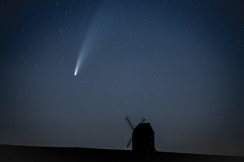 Kometa C/2020 F3 NEOWISE u větrného mlýnu který se nachází v obci Stará ves u Bílovce.
