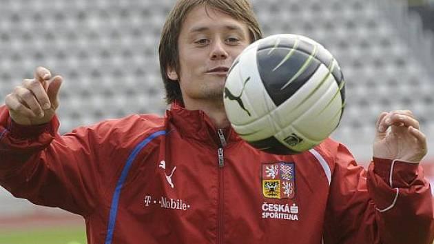 Fotbalový reprezentant Tomáš Rosický už zvládl celý trénink.