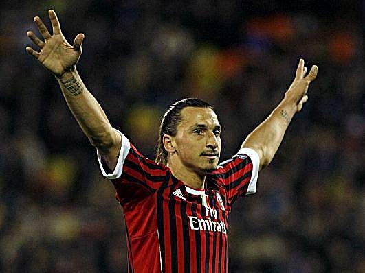Zlatan Ibrahimovič oslavuje gól do sítě Borisova.