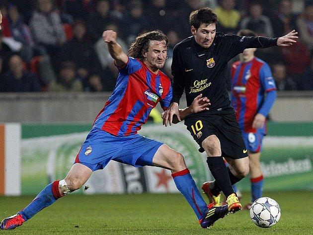 Lionel Messi z Barcelony se tlačí přes Petra Jiřáčka.