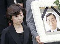 Vdova po ministru zemědělství Macuokovi na jeho pohřbu.