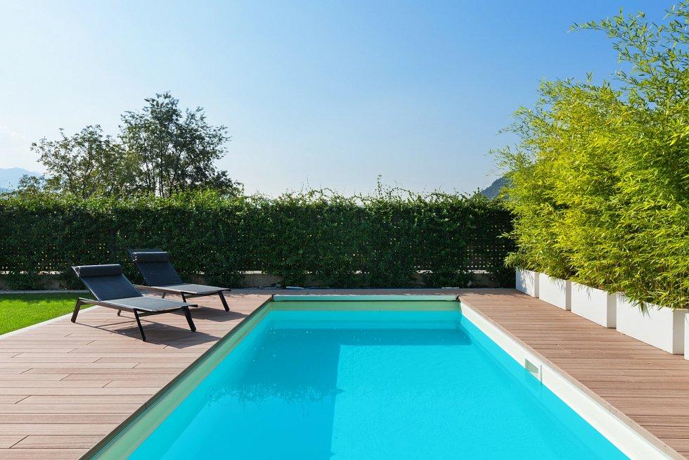 Místo do dovolené na pláži investují Češi své úspory do koupě bazénu na svoji zahradu. Může za to především nejistota a obavy z cestování do zahraničí kvůli celosvětové pandemii i stále uzavřená veřejná koupaliště či aquaparky.