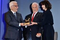 Slavný francouzský herec Jean-Paul Belmondo dnes převzal na mezinárodním filmovém festivalu v Benátkách cenu Zlatého lva za celoživotní dílo.