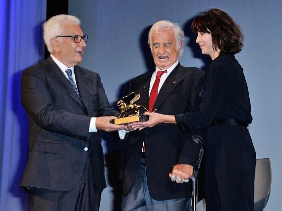 Jean-Paul Belmondo převzal na mezinárodním filmovém festivalu v Benátkách Zlatého lva za celoživotní dílo