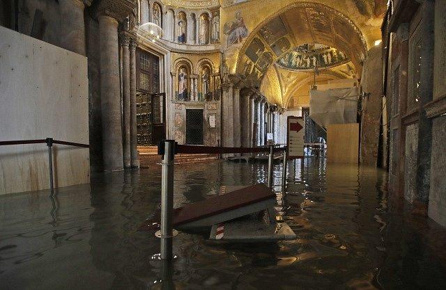 Voda zaplavila i chodby ve slavné Bazilice svatého Marka.
