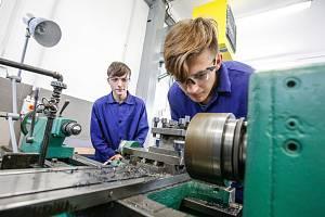 Střední škole automobilní v Holicích má nové učebny pro výuku technických oborů sautomobilním zaměřením a nové dílny pro odborný výcvik, které jsou vybaveny nejmodernější diagnostikou a servisní technikou.
