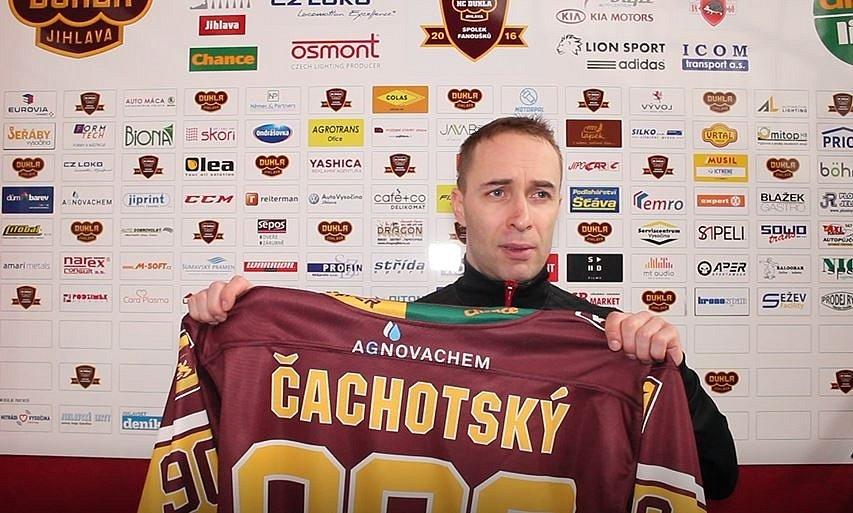 Tomáš Čachotský, hokejista Jihlavy, draží památeční dres
