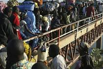 Tisíce lidí opouštějí Čad přes most Ngueli na řece Logone-Chari, která tvoří hranici s Kamerunem.