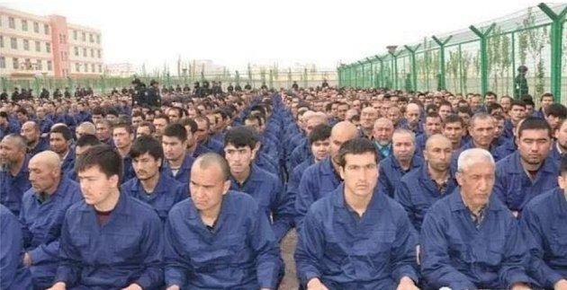 """Čína podle OSN drží v táborech na milion Ujgurů kvůli """"převýchově""""."""
